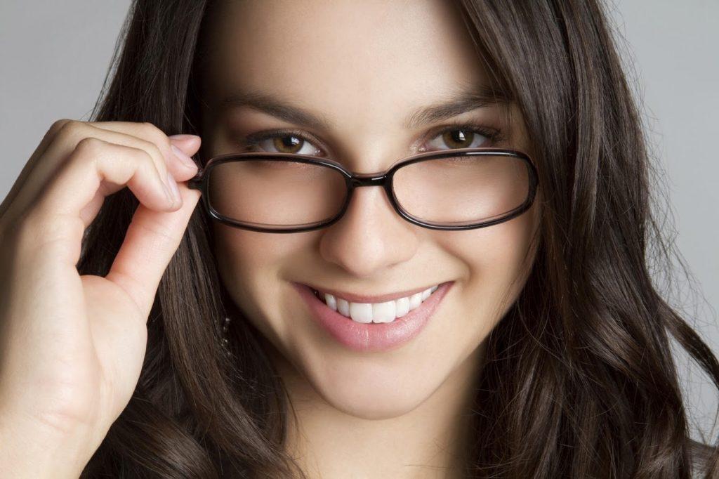 Sự dụng kính cận không đúng có thể làm mất thẩm mỹ và gây hại cho đôi mắt