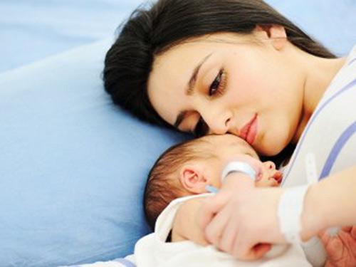 Phụ nữ trầm cảm sau sinh thường không muốn giao tiếp