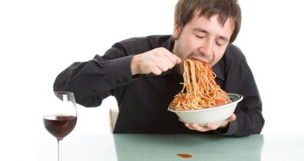 Ăn quá nhanh chinh là một thói quen xấu bạn cần bỏ để không anht hưởng sức khoẻ