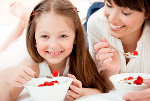 Không nên cho trẻ sử dụng sữa chua nóng