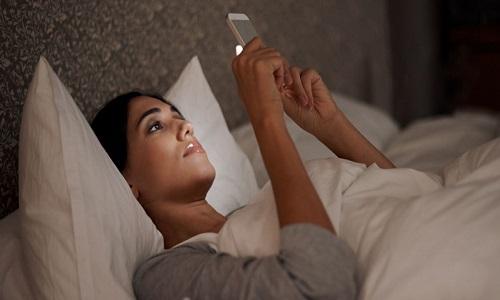 Ảnh sáng xanh từ điện thoại có thể gây rối loạn giấc ngủ
