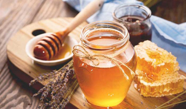 Mật ong cũng giúp làm dịu vết bỏng và không bị tổn thương da