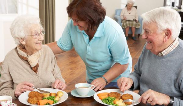 Người già cần chú ý đến chế độ ăn trong mùa hè này
