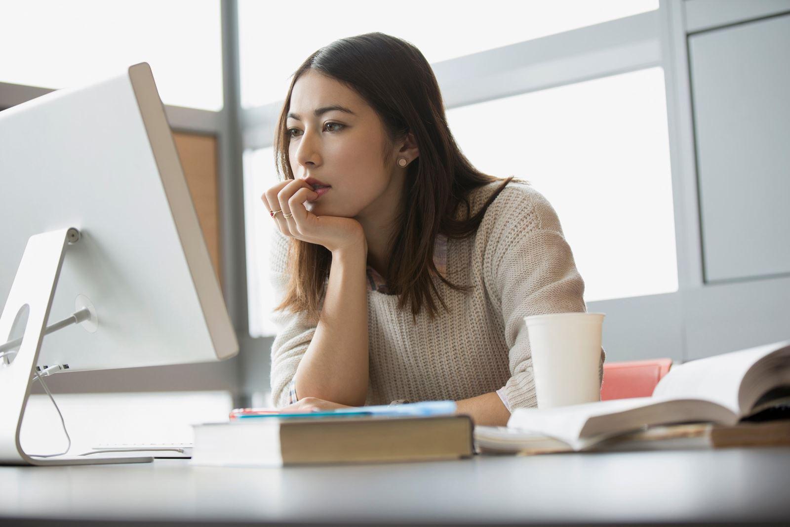 Đứng, ngồi quá lâu là thói quen xấu gây ra bệnh trĩ