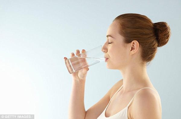 Uống đủ nước là cách tốt nhất giúp duy trì làn da khỏe khoắn