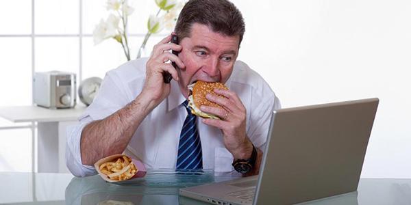 Ăn không đúng bữa và mất tập trung khi ă cũng khiến hệ tiêu hóa bị ảnh hưởng