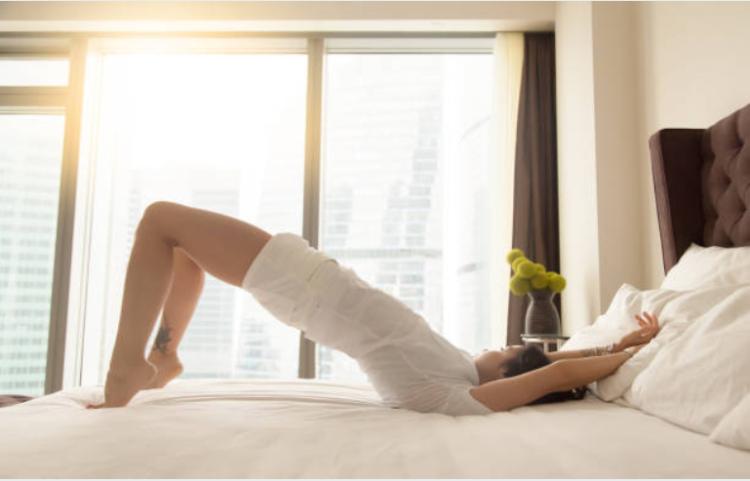 Bài tập Supine Leg Marches giảm mỡ bụng trên giường dành cho nàng lười