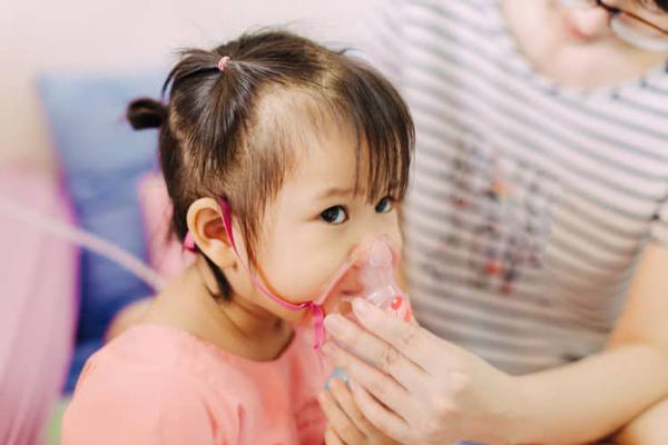 Khi trẻ có dấu hiệu viêm đường hô hấp cha mẹ cần cho con tới bệnh viện để thăm khám